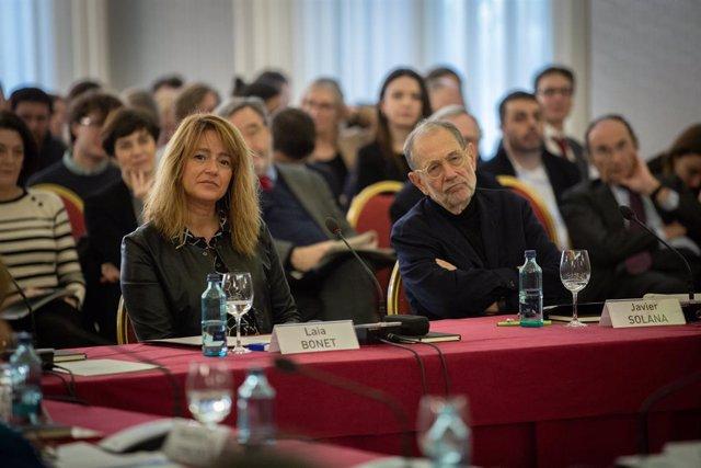 Laia Bonet i Javier Solana durant la jornada del Cidob 'War & Peace in the 21st Century'