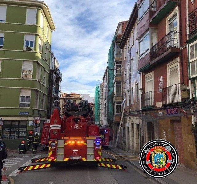 Los bomberos de Santander actuando en el edificio de la calle Alta en el que se ha registrado un incendio que ha obligado a evacuar a todos los vecinos