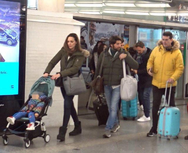 Eva y Cayetano salen de la estación de AVE de Madrid-Atocha