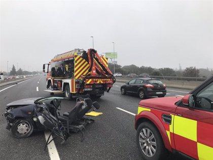 Dos jóvenes graves tras chocar su coche contra un pilar en la A-6