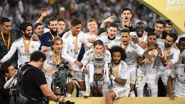 Los jugadores del Real Madrid levantan el trofeo de campeones de la Supercopa de España.
