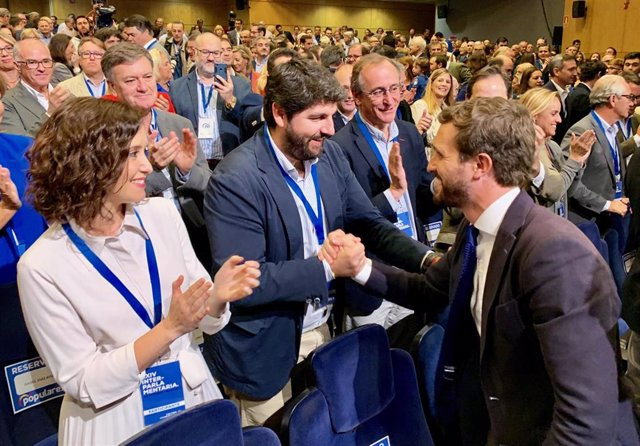 López Miras saluda a Pablo Casado en la Interparlamentaria Popular