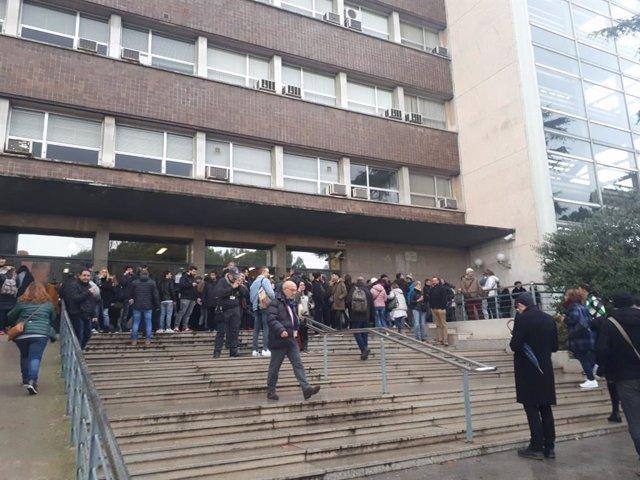 Aspirants a punt d'entrar a l'examen per optar a una plaça a Correus a Catalunya