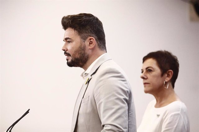 La portavoz de EH Bildu en el Congreso de los Diputados y el de ERC, Mertxe Aizpurúa y Gabriel Rufián, ofrecen una rueda de prensa horas previas a la segunda votación para la investidura del candidato socialista a la Presidencia del Gobierno.
