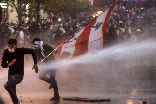 """Líbano.- La Policía libanesa efectuó el sábado la represión """"más brutal"""" desde e"""