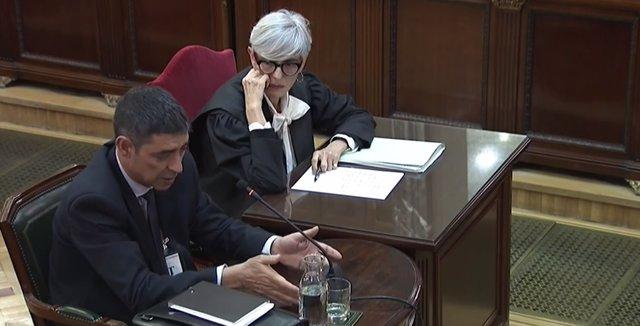 L'ex-cap dels Mossos d'Esquadra, Josep Lluis Trapero, declara en la jornada 17 del judici del procés al Tribunal Suprem. Al seu costat, l'acompanya en la taula la seva advocada, Olga Tubau.