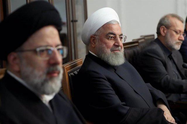 Alí Lariyani (derecha) junto al presidente Hasán Rohani (centro)