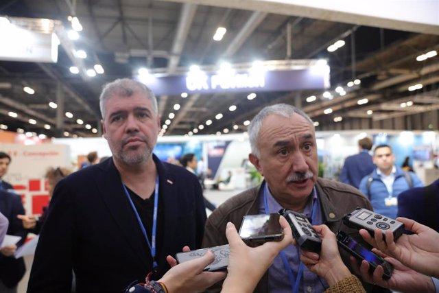 El secretario general de CCOO, Unai Sordo (I); y el secretario general de UGT, Pepe Álvarez (D), atienden a los medios de comunicación en un acto (foto de archivo).