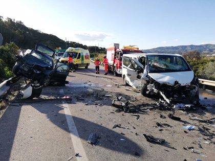 Un muerto y cinco heridos en una colisión entre un turismo y una furgoneta en Vélez-Málaga