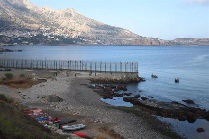 Rescatado del mar un migrante tras un intento de salto al vallado de Ceuta de unas 250 personas