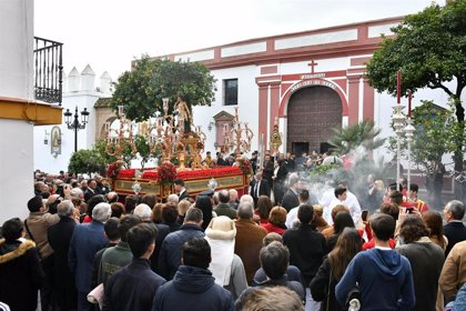 Vecinos acompañan a San Sebastían, patrón de Tomares (Sevilla), en su salida procesional