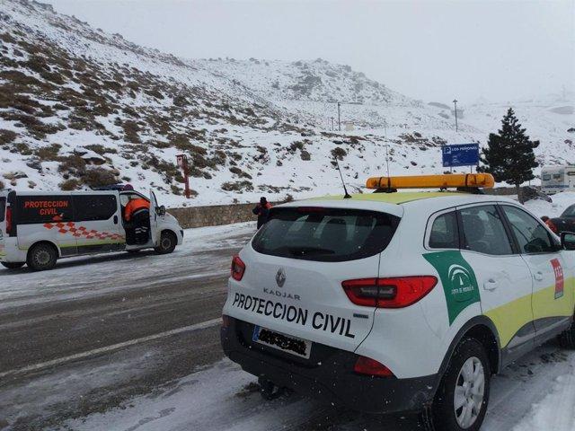 Protección Civil en un carretera con nieve en una imagen de archivo