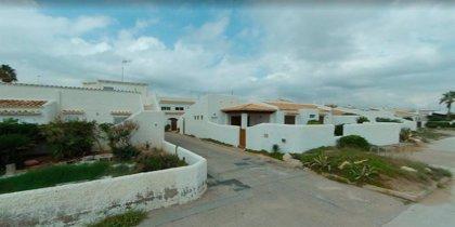 Desalojan la primera línea de playa de la urbanización La Casbah de El Saler por el oleaje