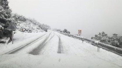 Diez carreteras de la Comunitat permanecen cortadas por la nieve
