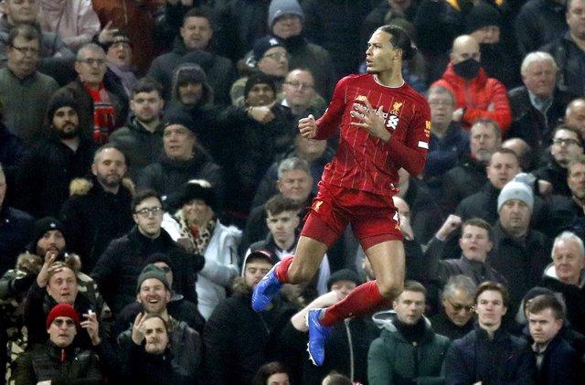 Fútbol/Premier.- (Crónica) El Liverpool desactiva al Manchester United y amplía