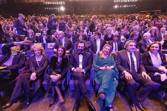 La directora de l'Acadèmia del Cinema Català, Isona Passola, al costat de les autoritats polítiques que han asisitido als XII Premis Gaudí.