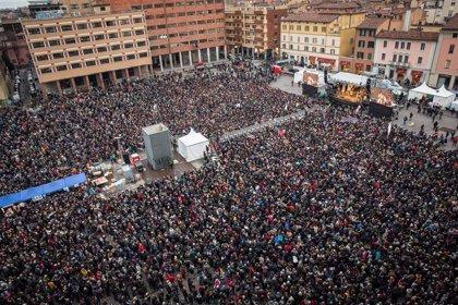 El movimiento de 'Las sardinas' congrega en una manifestación a casi 40.000 personas contra Salvini en Bolonia