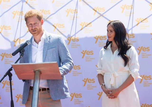 Harry da un comunicado explicando por qué dejan la familia real