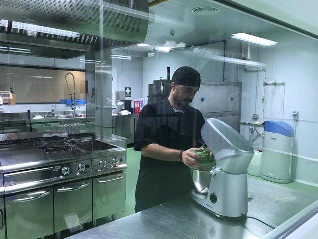 Tomás Lafarga, uno de los autores del estudio, realizando pruebas en el laboratorio