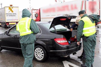 Detenidos tres albaneses y el hombre que los intentó embarcar irregularmente en el ferry