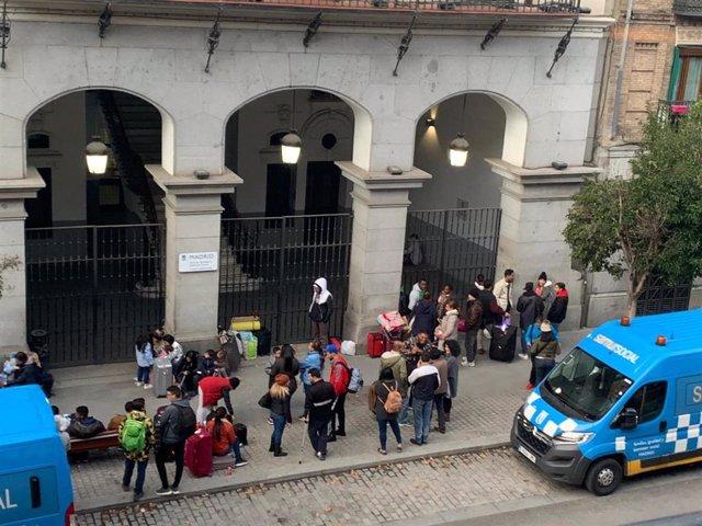 Recurso de demandantes de asilo a las puertas del Samur Social.
