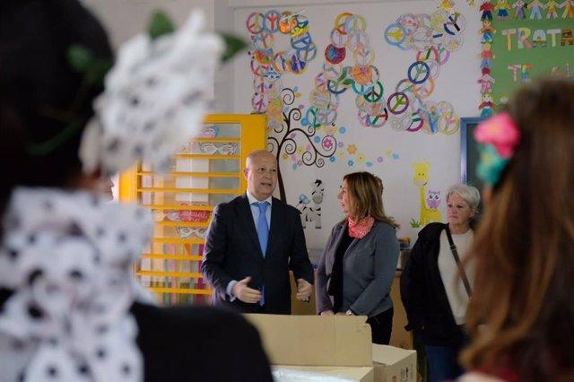 Javier Imbroda, consejero de Educación, en una visita a un colegio de Málaga