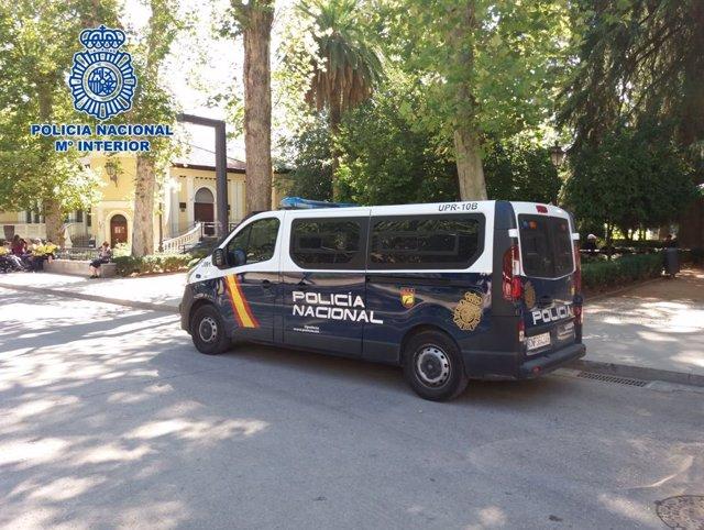 Imagen de archivo de un vehículo de la Policía Nacional en el centro de Granada