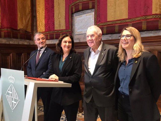 El tinent d'alcalde Jaume Collboni (PSC), l'alcaldessa Ada Colau (BComú), i els presidents dels grups municipals Ernest Maragall (ERC) i Elsa Artadi (JxCat) anuncien l'acord dels pressupostos municipals, 20 de gener del 2020.