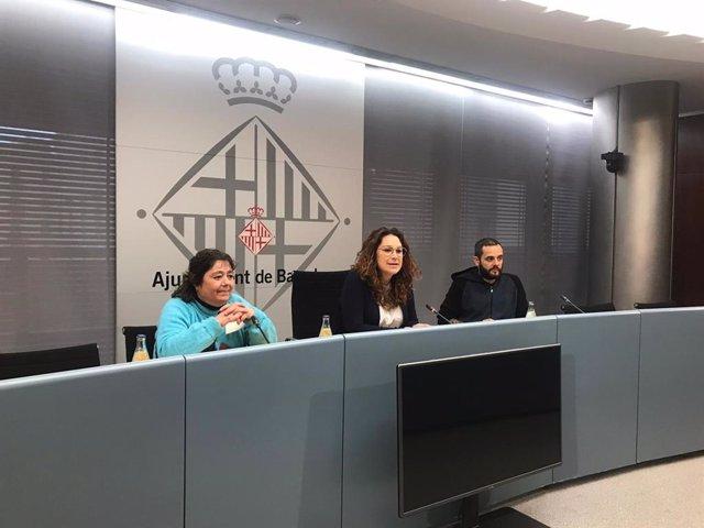 Una usuària del programa de l'Ajuntament de Barcelona 'Primer la Llar', la Gemma; la tinent d'alcalde de Drets Socials de Barcelona, Laura Pérez, i l'assessor de la Tinença d'Alcaldia de Drets Socials de l'Ajuntament Albert Sales, en roda de premsa.