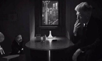 David Lynch interroga a un mono ¿asesino? en un delirante corto para Netflix