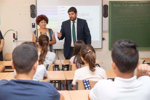 El presidente de la Región de Murcia, Fernando López Miras, en un aula de un colegio de la localidad de Cehegín.