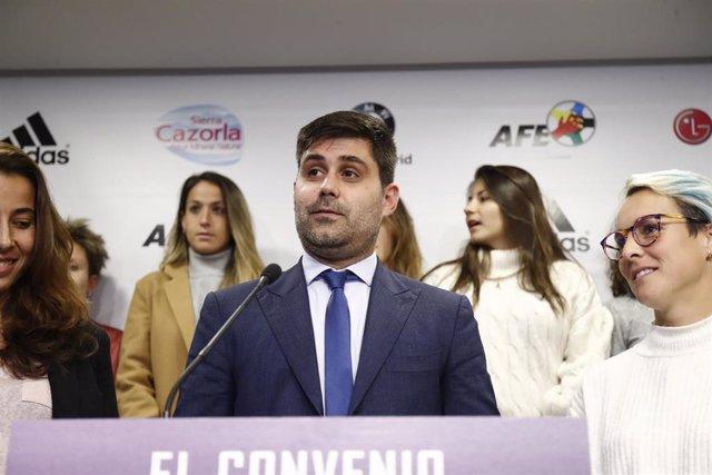 El presidente de la AFE, David Aganzo, junto a las portavoces de las jugadoras de Primera Ainhoa Tirapu y Priscila Borja