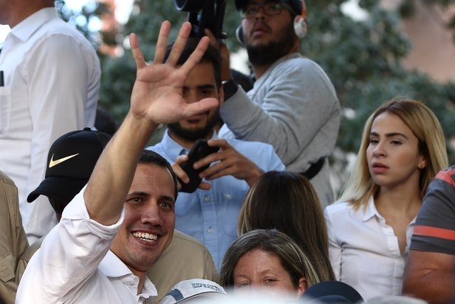 11 January 2020, Venezuela, Caracas: Venezuelan opposition leader and self-appointed interim president Juan Guaido (L) waves to supporters during a rally. Photo: Pedro Rances Mattey/dpa