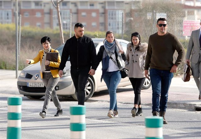 Foto de archivo de la llegada de los padres de Julen a los juzgados, junto al propietario de la parcela, acusado en este caso.