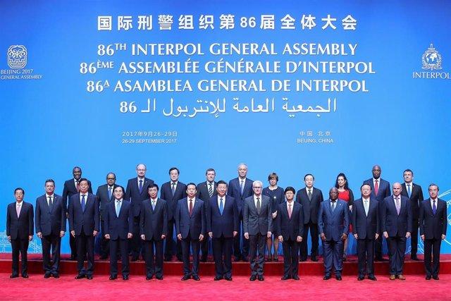 Meng Hongwei posa a la derecha del presidente de China, Xi Jinping, en una asamblea general de Interpol en Pekín, antes de ser destitutido y arrestado por las autoridades chinas