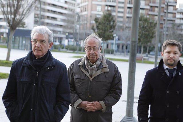 El ex gerente del Club de Fútbol Osasuna, Ángel Vizcay (centro), a su llegada al Palacio de Justicia de Pamplona, donde comienza el juicio por  supuestos amaños de partidos en la temporada 2013-2014, en Pamplona /Navarra, a 20 de enero de 2020.