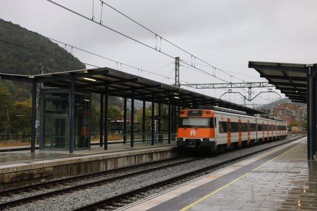 Tren de Rodalies circulando un día de lluvia.