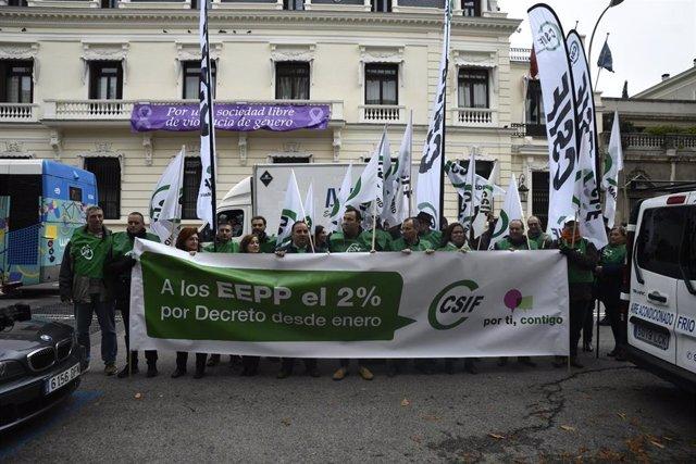 Miembros de CSIF durante una concentración para reclamar la subida salarial para los empleados públicos desde el 1 de enero