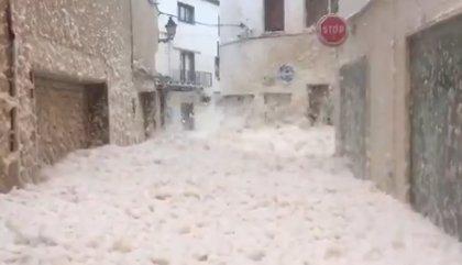 Espuma marina inunda calles de Tossa de Mar (Girona) cercanas a la playa