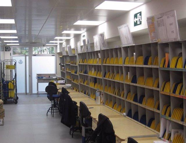 Imagen de archivo de una unidad de reparto de Correos en Palma