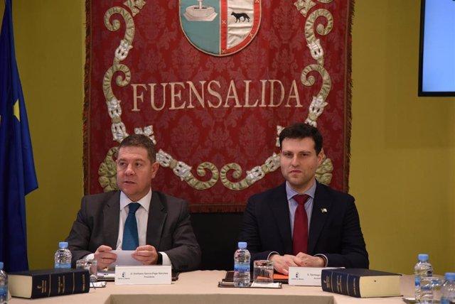 El presidente de C-LM, Emiliano García-Page, y el alcalde de Fuensalida, Santiago Vera, en el consejo de Gobierno itinerante