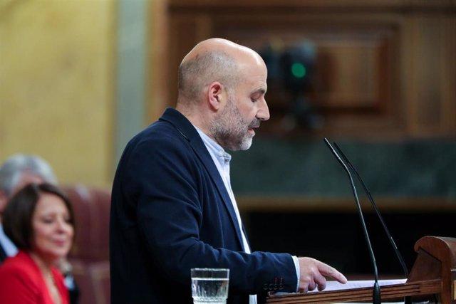 El diputado del Bloque Nacionalista Galego (BNG), Néstor Rego, interviene desde la tribuna del Congreso de los Diputados en la primera sesión del debate de investidura del candidato socialista a la Presidencia de Gobierno en la XIV Legislatura.