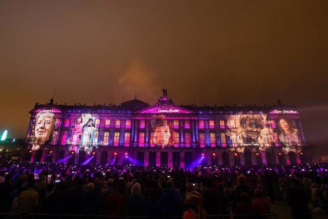 Espectáculo de fogos artificiais levado a cabo no Pazo de Raxoi de Santiago de Compostela co que a capital de Galicia dá a benvida á festa do seu patrón, Santiago Apóstolo, na véspera do Día Nacional de Galicia.