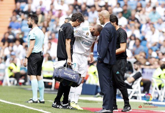 El delantero francés del Real Madrid Karim Benzema se lesiona