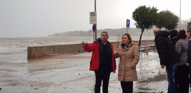 José Roberto González i Araceli Poblador, aquest dimarts en una de les zones costaneres afectades per 'Gloria'.