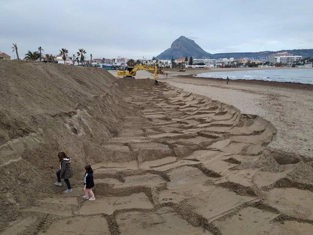 El dic de protecció construït en la platja de l'Arenal de Xàbia (Alacant) davant la la arribada del temporal 'Gloria'