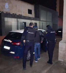 Policía Nacional detiene 'in fraganti' a un hombre por presuntamente forzar el asiento de una motocicleta en Palma.