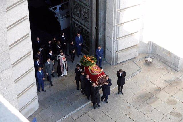 Los familiares de Francisco Franco portan el féretro con los restos mortales del dictador tras su exhumación en la basílica del Valle de los Caídos antes de su trasladado al cementerio de El Pardo-Mingorrubio para su reinhumación, en Madrid,  a 24 de octu