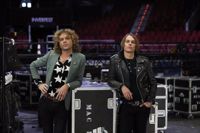 Europa Press entrevista a los hermanos del grupo de rock Los Zigarros, el vocalista y guitarrista Ovidi Tormo (i) y el guitarrista Álvaro Tormo (d), en el Teatro Circo Price de Madrid