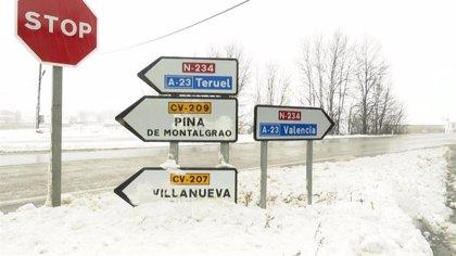 Cerca de 60 carreteras, cortadas a la circulación por la nieve, entre ellas la A-23 en Teruel y Zaragoza